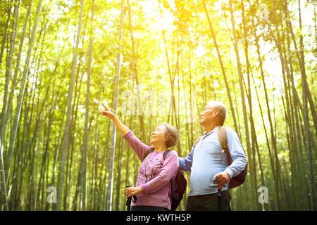 Senior Paar wandern in grüner Bambus Wald - Stockfoto