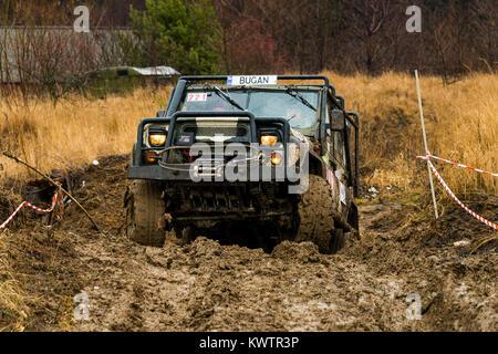 Lemberg, Ukraine - 21. Februar 2016: Geländewagen UAZ überwindet, um den Track auf der Deponie in der Nähe der Stadt - Stockfoto