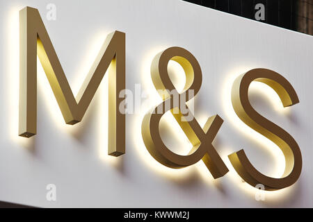 M&S Zeichen, Ealing Broadway Shopping Centre, London, England, Großbritannien - Stockfoto