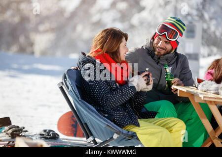 Skifahrer Paar in Liebe trinken und reden in Cafe auf Skifahren - Stockfoto