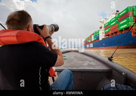 Touristen, die Bilder von einem Containerschiff, die durch den Panamakanal, Republik Panama. - Stockfoto