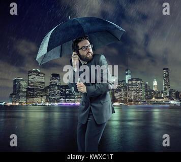 Angst vor Geschäftsmann bei starkem Regen - Stockfoto