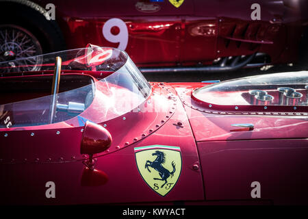 1960 Ferrari 246 Dino strahlend in der Sonne in Goodwood Revival - Stockfoto