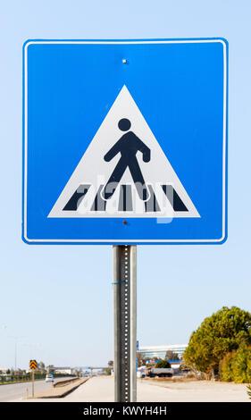 Ein straßenschild im Süden der Türkei einen Punkt wo Fußgänger die Straße überqueren kann. - Stockfoto