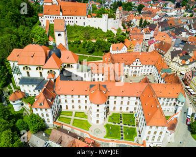 Füssen Abtei oder St. Mang Antenne Panoramablick. Das Kloster Sankt Mang ist ein ehemaliges Kloster der Benediktiner - Stockfoto