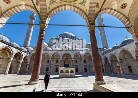 Bögen und Säulen im Innenhof der Süleymaniye Moschee in Istanbul, Türkei. - Stockfoto