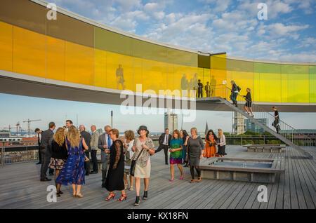 Besucher genießen Sie Ihren Rainbow Panorama von Aarhus im Kunstmuseum Aros. Das Museum ist die am zweithäufigsten in Dänemark besucht. Stockfoto