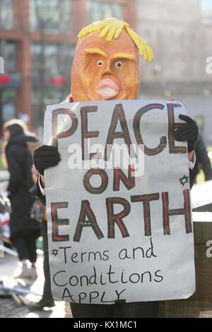 Manchester, Großbritannien. 6. Januar, 2018. Manchester, Großbritannien. 6. Januar, 2018. Eine Demonstrantin trägt - Stockfoto