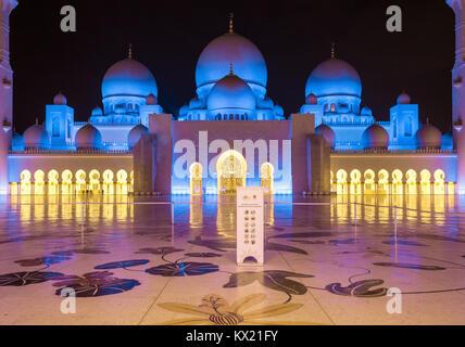 Sheikh Zayed Moschee in Abu Dhabi. Es ist die größte Moschee in den VEREINIGTEN ARABISCHEN EMIRATEN und der 8. größte - Stockfoto