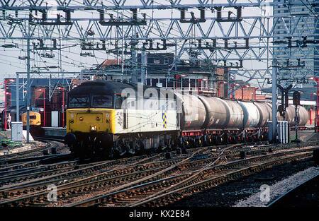 47195 schleppt einen kurzen Rake von zwei Achsöl Tanks aus dem Thameshaven ölraffinerie durch Stratford, während - Stockfoto