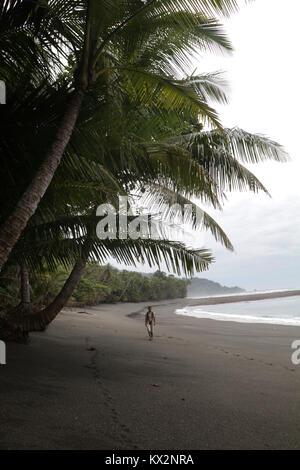 Wanderer am Strand Corcovado Nationalpark Costa Rica Osa Halbinsel - Stockfoto