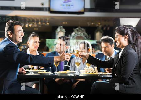 Group Business Männer, Frauen Kollegen Champagner Party beim Abendessen/Pazifik-Raum - Stockfoto