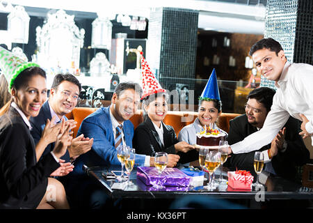 Gruppe Business-People Kollege Geburtstag Feier Kellner, Kuchen, Restaurant - Stockfoto
