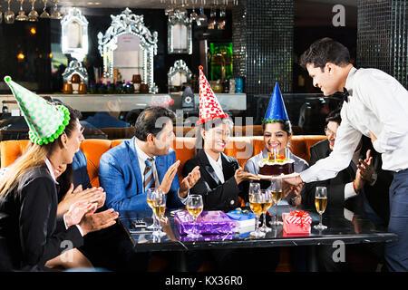 Gruppe Unternehmer, Unternehmerinnen Kollege Birthday-Party feier Kellner, Kuchen Hotel - Stockfoto