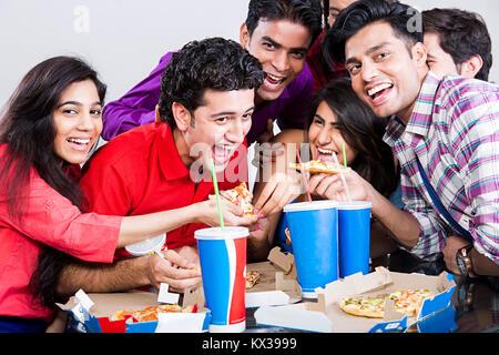 Gruppe indischen Freunden Junge Ernährung essen Pizza in der Cafeteria - Stockfoto