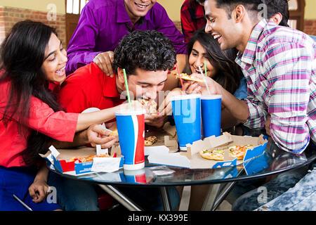 Indische Gruppe Freunde Jungen und Mädchen essen Pizza Cafeteria Spaß - Stockfoto