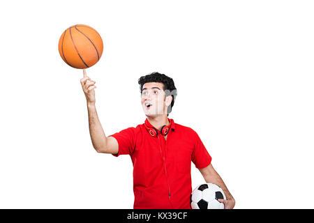 Indische Teenager Boy versucht, Balance ein Basketball an seinem Finger