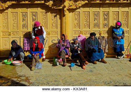 Frauen, die täglich arbeitet, Shangrila Altstadt, Shangri-La (Zhongdian), Yunnan, China - Stockfoto