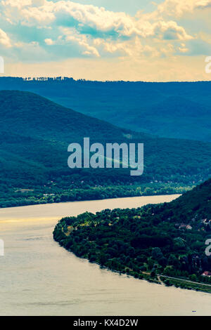 Panoramablick auf die Landschaft, der Fluss und die Berge, hohen Winkel. Malerischer Blick auf Donau und Pilis-bergen, - Stockfoto