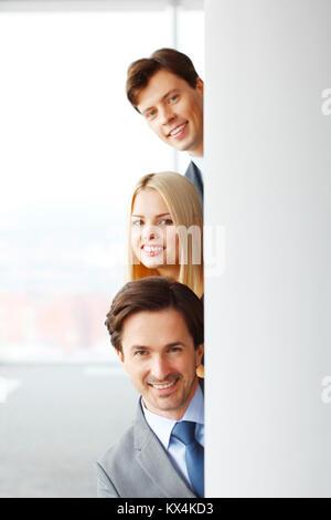 Glücklich Geschäftsleute aus Ecke im Büro - Stockfoto