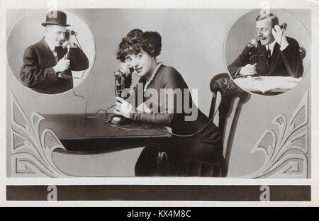 Junge Frau am Telefon sprechen zu zwei Männern, um 1910. - Stockfoto