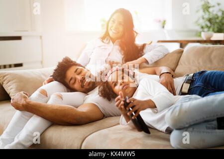 Familie Uhren Film beim Sitzen auf der Couch - Stockfoto
