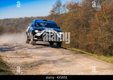 Lemberg, Ukraine - 1. November 2015: Alexey Dolot's Mitsubishi Lancer Evo X konkurriert bei der jährlichen Rally - Stockfoto