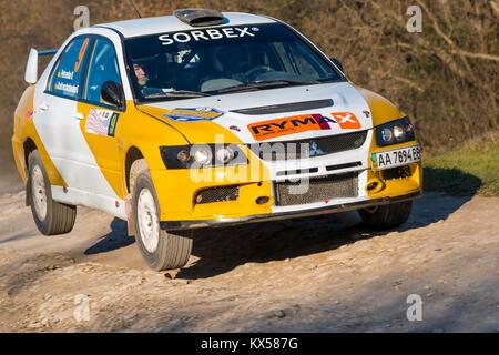 Lemberg, Ukraine - 1. November 2015: Petrenko Volodymyr's Mitsubishi Lancer Evo IX (Nr. 2) konkurriert bei der jährlichen - Stockfoto