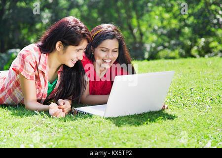 3 indischen College Freunde Studenten Laptop studieren Bildung Lernen Park - Stockfoto