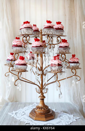 Cupcakes. Red Velvet Cupcakes auf einen Kronleuchter angezeigt - Stockfoto