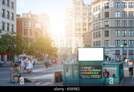 Masse von Menschen zu Fuß in Union Square Park in der Nähe der 14th Street U-Bahn Station in Manhattan, New York - Stockfoto