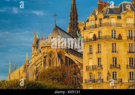 Paris Architektur, im Osten von der Kathedrale Notre Dame neben einem typischen Wohnhaus aus dem 19. Jahrhundert - Stockfoto