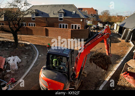 Der Bau von neuen Häusern auf einer Entwicklung in der Nähe von Gatwick Airport, Horley, Surrey. - Stockfoto