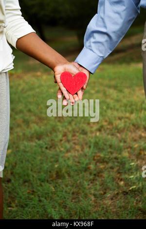 Glücklich liebend Paar hält ein Herz. - Stockfoto