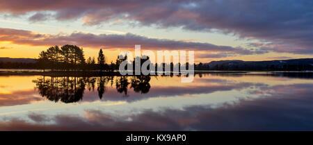 Panoramablick Sonnenaufgang über Osensjoen von Sandvik, Hedmark, Norwegen. Spiegelbild Spiegelbild Stockfoto