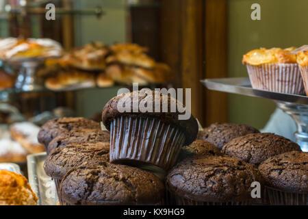 Schokolade Kuchen im Fenster der traditionellen süßen und Konditorei (bomboneria pasteleria) La colmenas an der - Stockfoto