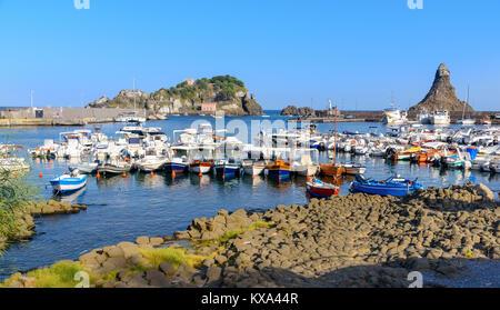Der kleine Hafen von Aci Trezza, Catania, Sizilien, Italien - Stockfoto