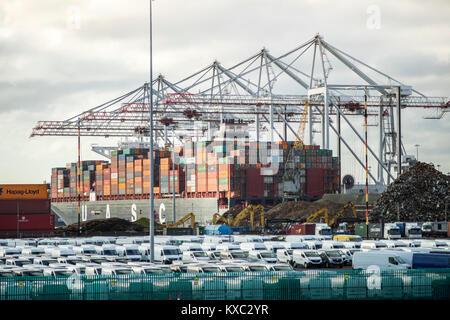 Container/Cargo Schiff im Hafen von Southampton Dezember 2017, England, UK geladen/entladen - Stockfoto
