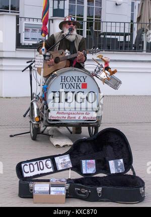 """Street Musiker"""" Honk Tonk Hugo"""" in der Fußgängerzone von Zingst, Fishland, Mecklenburg-Vorpommern, Ostsee, Deutschland, Europa"""