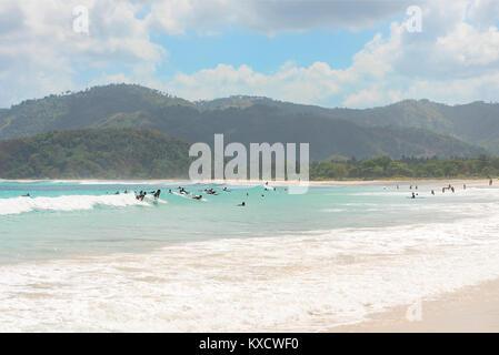 Große Gruppe von Touristen lernen, surfen Sie auf kleine Anfänger Wellen an ein Paradies tropical beach, Kuta Lombok, - Stockfoto