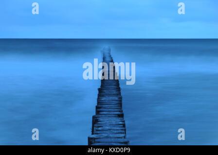 Holz- wellenbrecher Shot mit langen Belichtungszeiten in der Morgendämmerung - Stockfoto