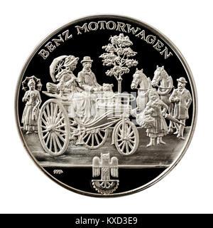 99,9% Beweis Silber Medaillon mit Karl Benz auf der einen Seite und seinen Benz Patent-Motorwagen aus dem Jahr 1885 - Stockfoto