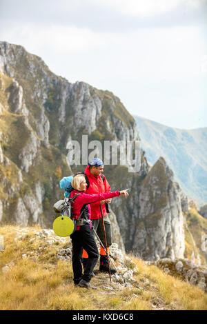 Abenteuer, Reisen, Tourismus, Wandern und Personen Konzept - lächelndes Paar mit Rucksäcken im Freien - Stockfoto
