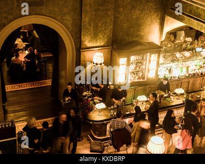 Die Leute in der Bar Zimmer im Dorchester Hotel, New York, USA - Stockfoto