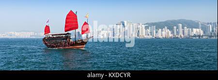 HONG KONG - 21. Februar: Die Junk-Boot bietet die Hafenrundfahrt am 21. Februar 2013 in Hongkong. Eine rote chinesische - Stockfoto