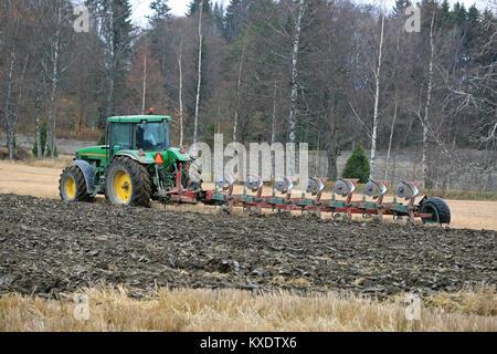 SALO, Finnland - 25. OKTOBER 2014: Unbenannte Bauern Pflügen eines Feldes mit John Deere 8100 Traktor und Kverneland - Stockfoto