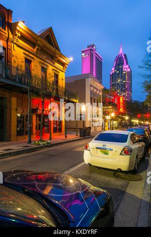Straße in der Innenstadt von Mobile Alabama USA bei Dämmerung Stockfoto