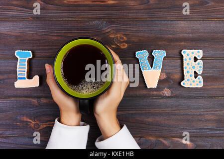 Frau mit Tasse Kaffee mit Keksen. liebe Konzept. Liebe Wort mit Kaffee. - Stockfoto