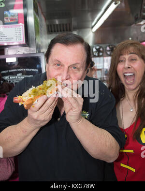 Hollywood, Kalifornien, USA. 9. Januar, 2018. Schauspieler Burt Ward, der 'Robin', der in der Batman TV-Serie spielte, - Stockfoto