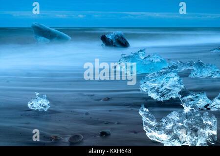 Diamond Beach, Eis am Strand mit Eisbergen im Hintergrund - Stockfoto